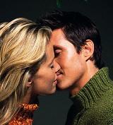 Обявяват състезание за най-дълга осмомартенска целувка
