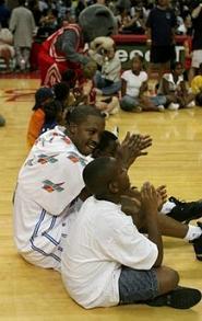 Звезди от НБА играят баскетбол с деца, пострадали от Катрина