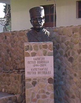 Грък издигна паметник на българин