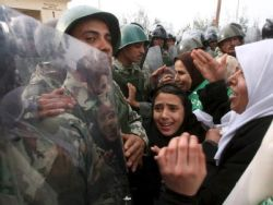 Хиляди палестинци нахлуха в Египет да пазаруват