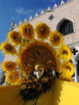 Маската и карнавалът