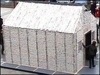 Еко-ентусиаст построи хартиена къща