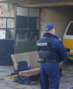 Наркоман нападна полицаи в столицата