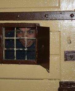 Затворници се гаврят със съкилийници