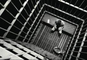 Баща държи 24 години дъщеря си в мазе, насилва я сексуално