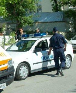 Пиян връхлетя върху полицай