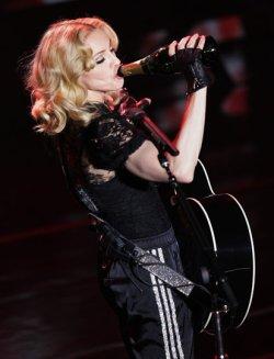 Мадона пее и пие до България