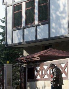 Чия е? Два ката къща с охрана в Бояна