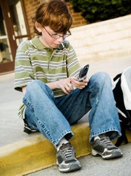 Испанчета се пристрастиха към телефоните си, лекуват ги