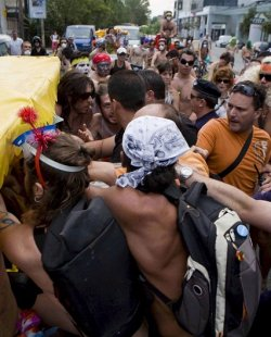 Революция на педали: Голи гърци подлудиха Солун, Калфин яхна велосипед