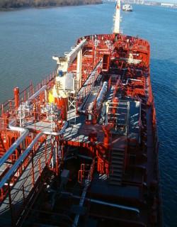 Отвлякоха танкер в Аденския залив