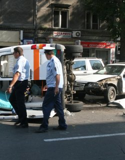 """На """"Гурко"""": Линейка се обърна няколко пъти след сблъсък с кола"""