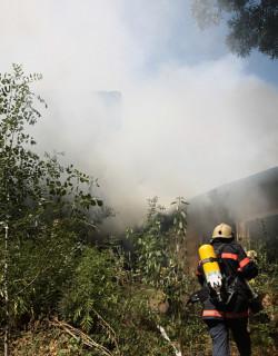 Огнеборци гасят пожар в газово находище