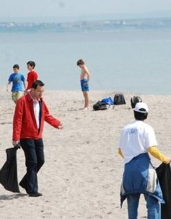 Еколози чистят плажовете