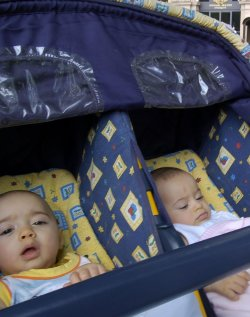 Близначки показаха що е то силна връзка, родиха едновременно