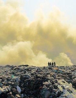 Гъст дим и нови пламъци на сметището в Цалапица