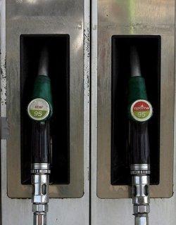 Петролът пада навсякъде, у нас се вдига