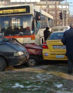Автобус на градския транспорт помля осем коли в Пловдив