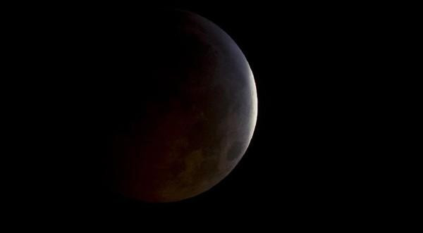 НАСА изведе космически апарат на лунна орбита