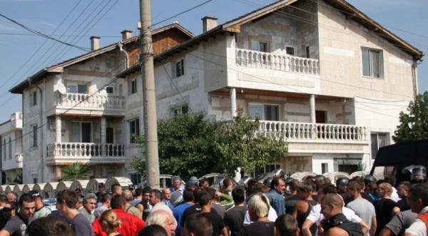 127 задържани след размириците в Катуница