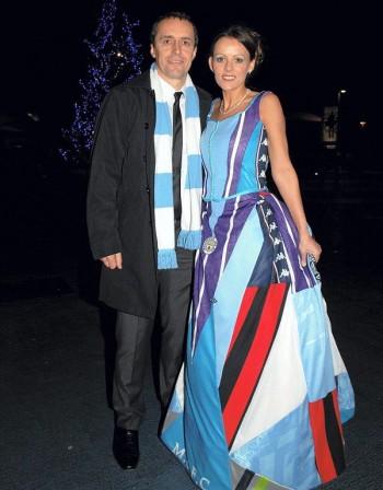 Фенка и пред олтара! Британка се омъжи в рокля от футболни тениски