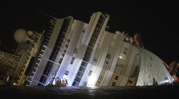 Виждаха се светещите спасителни жилетки на хората в кораба!
