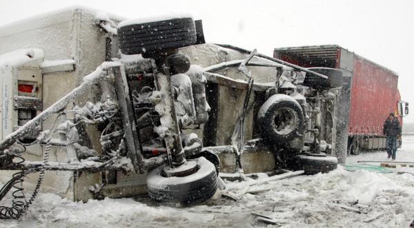 """Два тира и автобус се удариха на снежна """"Тракия"""""""