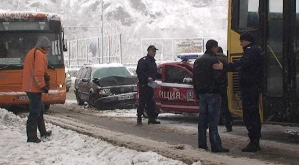 Таксиджия засече кола, тя се вряза в автобус в Пловдив