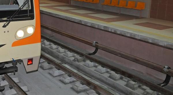 С опасност за живота е мъжът, хвърлил се пред метрото