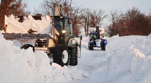 Борбата със снега и щетите от наводненията продължава