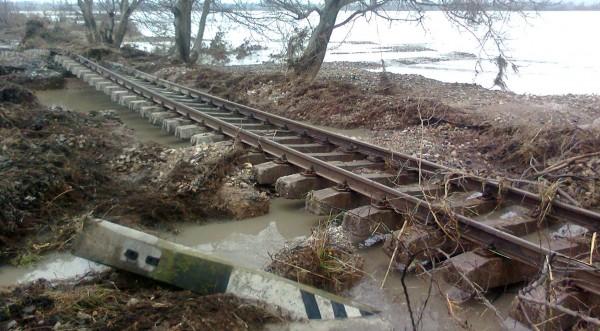 Възстановяват поне месец жп линиите в наводнените райони