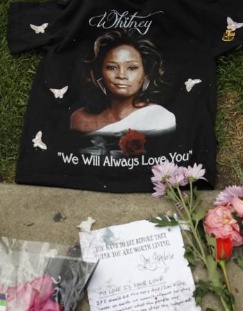 Тленните останки на Уитни Хюстън потеглиха към родния й дом
