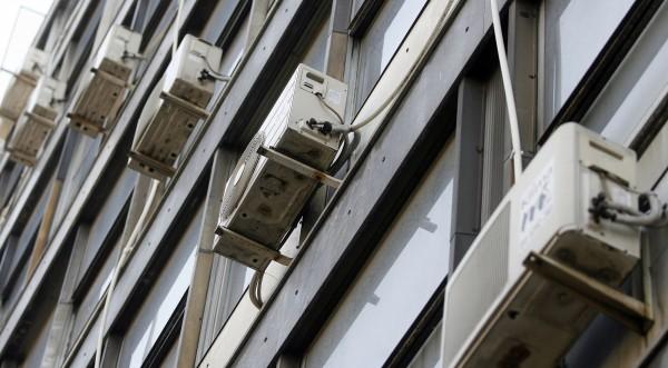 Махат климатиците от фасадите на сградите