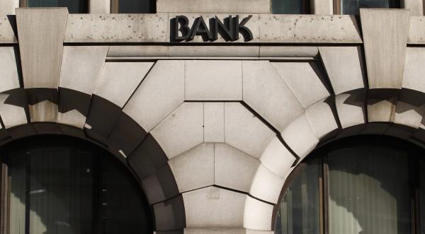 Банките в Европа режат бонусите, а вдигат заплатите