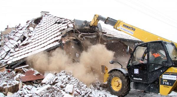 Багери събарят разрушените къщи в село Бисер