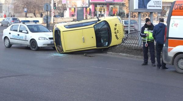 """Такси се обърна на столичния бул. """"България"""""""