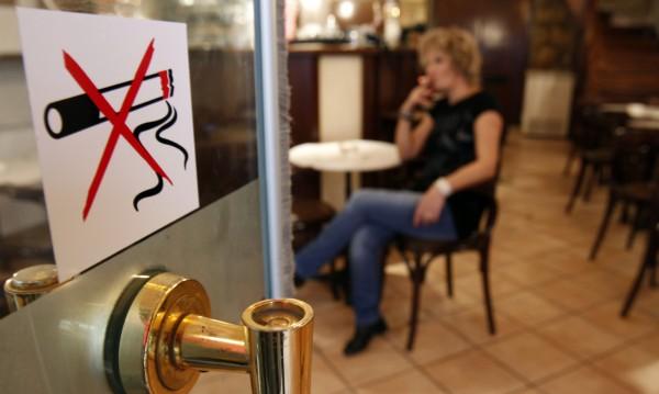 Без цигарен дим в баровете, министърката обаче още дими
