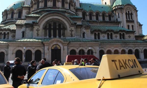 Таксиджии и маршруткаджии одрусани с актове за 100 бона