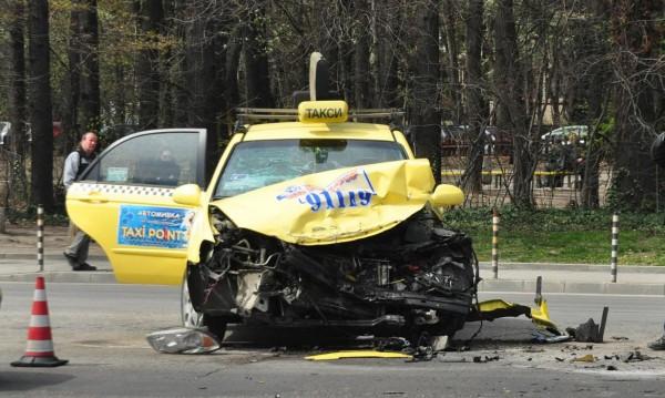 """Такси се размаза на столичния бул. """"Никола Вапцаров"""""""