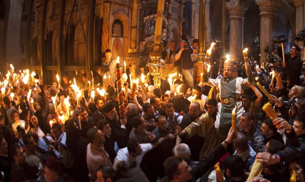 Благодатнияτ огън се запали в Йерусалим