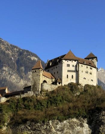 Най-впечатляващите замъци, построени върху скала