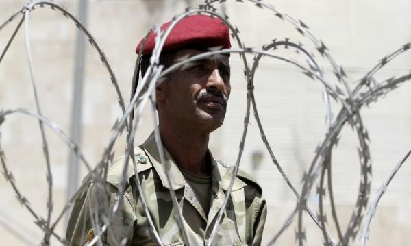40 военни загинаха при атентат в столицата на Йемен