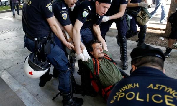 Крайнодесни демонстранти влязоха в сблъсъци с полицията в Гърция