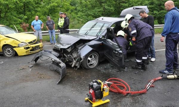 Двама младежи загинаха след удар с мотор в дърво