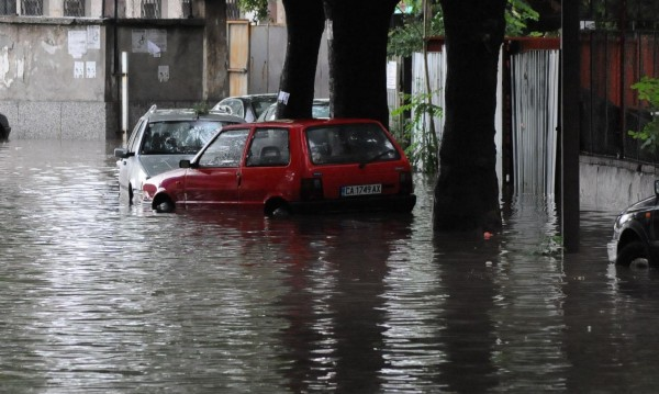 С 50 сантиметра скочили нивата на реките около столицата
