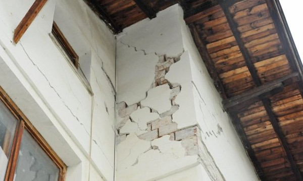Евакуирани са служби от 13-етажна сграда в Перник заради напукана колона