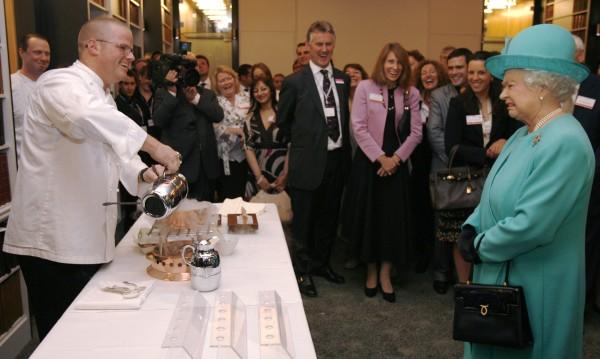 Менюто на кралицата: сандвич със сладко и джин с дюбоне