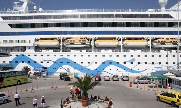 AIDA акостира във Варна. 12 палуби и 1300 пътници