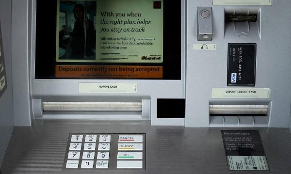 Българи арестувани в Уганда за източване на банкомати