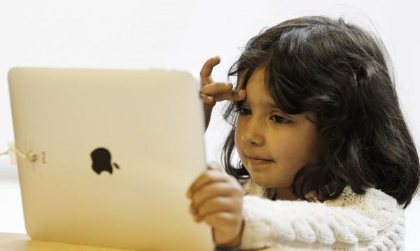 Детето ви играе с iPhone. Опасно ли е това?